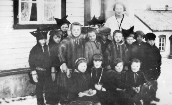 source-sami_pupils_outside_their_school_in_kolvik